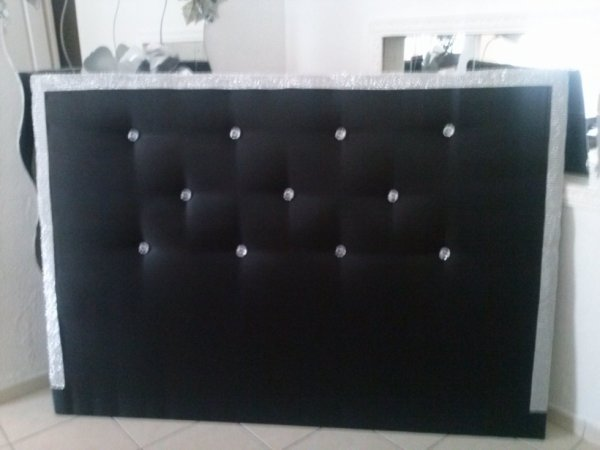 tete de lit noir avec diaman et strass sur les cote tete de lit cortes. Black Bedroom Furniture Sets. Home Design Ideas